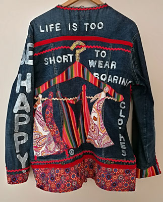 """Modell 19, """"be happy - life is too short for boring clothes"""""""