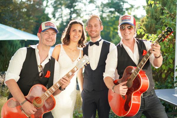 Hochzeitspaar und Band