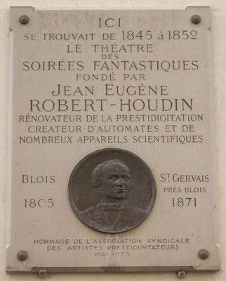 Plaque commémorative, 11 rue de Valois à Paris, où avaient lieu les « Soirées fantastiques »  de Robert-Houdin.