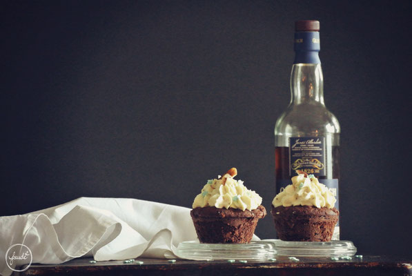 Muffins mit Zartbitter Schokolade, Paranüssen und einem Whisky Vanille Topping
