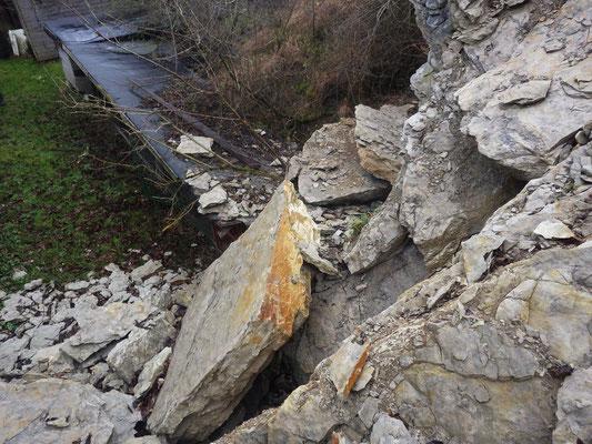 Durch Felssturz fast komplett verschüttetes Mundloch – Blick vom Verbruchberg zu den Hundezwingern; Aufnahme: S. Wielert, 30.12.2017.