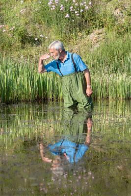 Gerwin Bärecke auf der Suche nach den Schildkröten. Foto: Regine Schulz