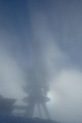 Kein Brockengespenst, der Sendeturm im dichten Nebel.