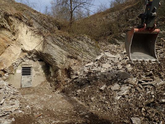 Durch Felssturz fast komplett verschüttetes Mundloch – Baggereinsatz zur Beseitigung der Versturzmassen, fast fertig; Aufnahme: S. Wielert, 09.04.2018.