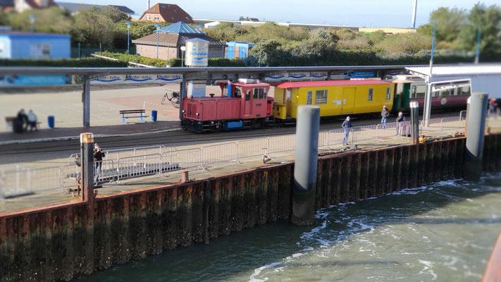 Inselbahn Borkum am Hafen