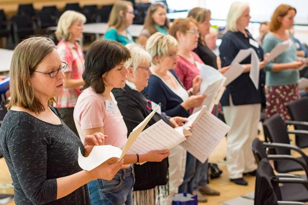 Voll konzentrierte Sopranistinnen - und wehe, eine schaut den Chorleiter an!