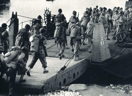 Naples 1944, embarquement pour la Provence des troupes françaises. Gamelle sur le sac.