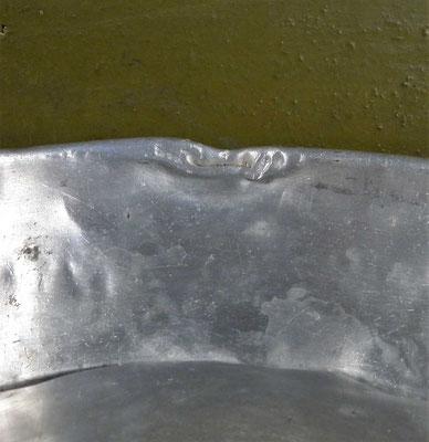 Gros plan sur le plat interne de la gamelle française 1852 en aluminium