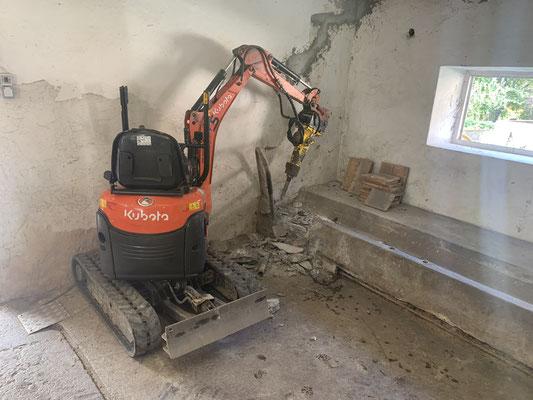 Abbrucharbeiten im Haus mit dem Microbagger Gemeinde Stall
