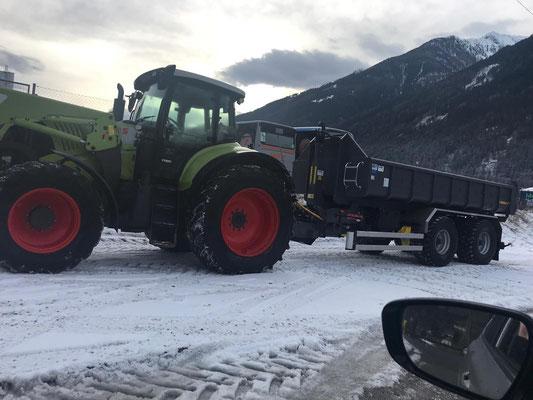 Traktor mit Hakenlift und Erdmulde für Baggerarbeiten