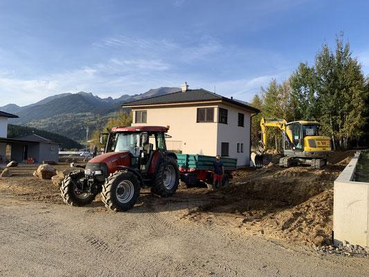 Baggerarbeit mit Traktor und Kipper Gartengestaltung am Lurnbichl