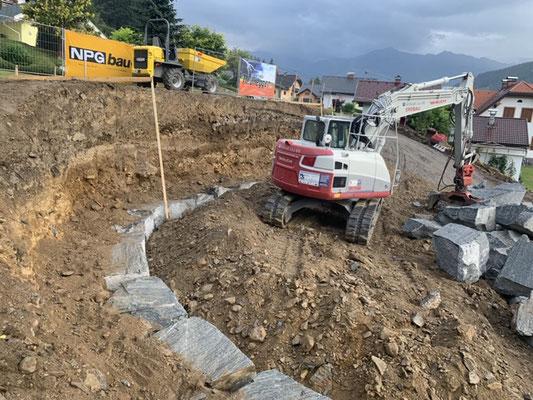 Fundament für Steinmauer Granit und Beton Takeuchi TB 2150 Maschinen Schachner