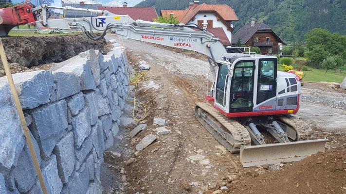 Natursteinmauer in Beton verlegt Kopfsteine 15to Bagger Erdbau Schachner Mölltal