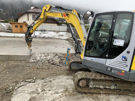 Abriss einer Bodenplatte mittels Hydraulikhammer im Bezirk Spittal an der Drau