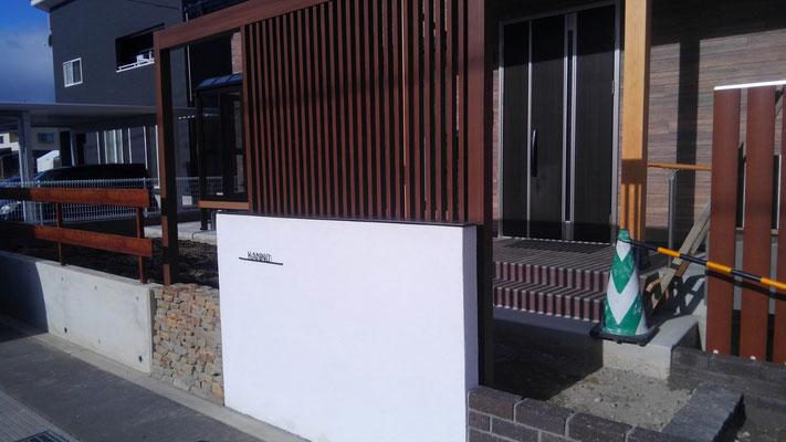 玄関前の目隠しを兼ねたデザイン