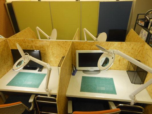 製作スペースに個別TVが2卓のみついております。個別でDVD鑑賞できますよ^^