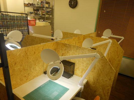 模型制作スペースは6卓あります