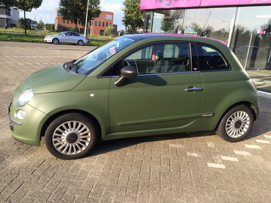 Fiat 500 van roze naar military green