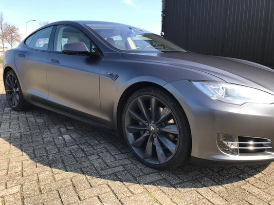 Tesla van wit naar satin dark grey metalic