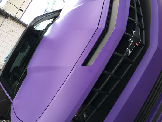 cehrolet camaro van geel naar matte purple