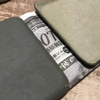 6日 緑の四方皿の外側に黒泥塗り、ビックリ描き。