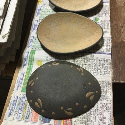 24日 丸深皿の泥の凸凹ならしをしてから、小皿(黄)、豆皿(黄・紫)の外側に黒泥塗り、ビックリ描き。陶印押し。