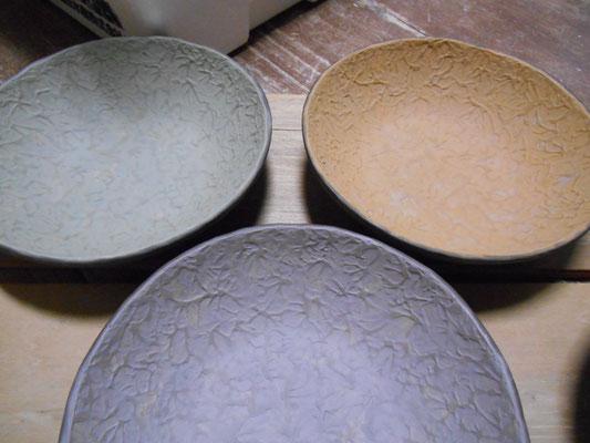 サラダボウルの内側に緑泥・黄泥・紫泥と白泥をスポンジ塗り。