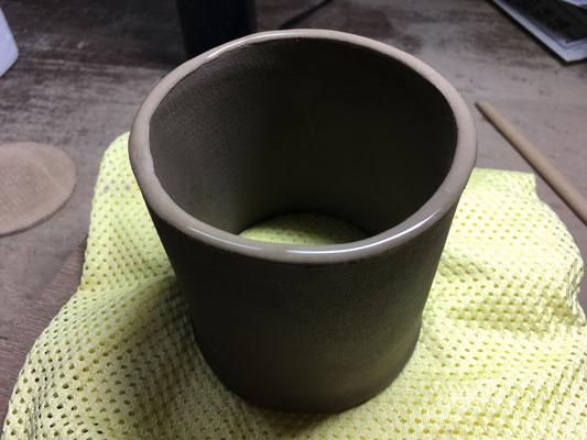 底になる部分にどべ(ロクロひきの時にできる手泥・接着剤の役目)を塗って