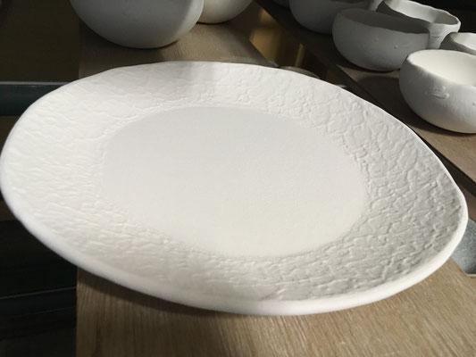 昨秋一枚だけ窯に入らなかったФ20cm強の和紙柄のお皿、釉薬を落としてからもう一度掛け直し