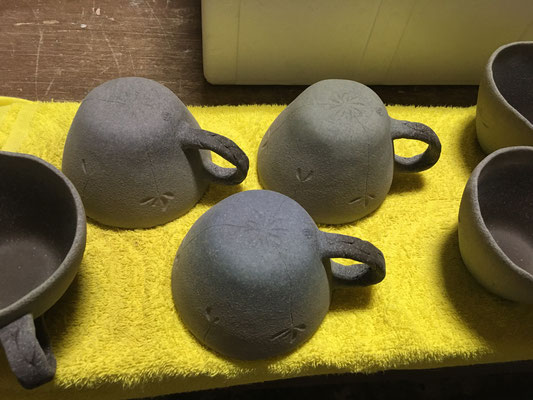 柄が決まらなかったボウルマグ、いつまでも放置できないので「れんげ草」を彫り3色の色泥と白泥を吹き付けて仕上げる。