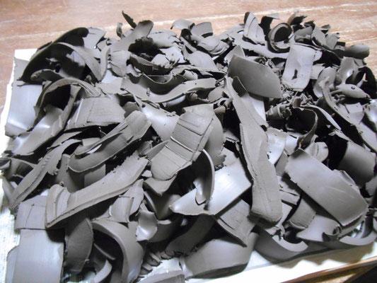 白泥を作る原料の粘土を乾かす。