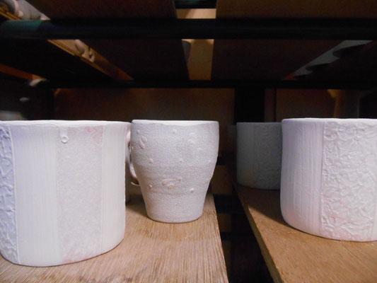 カップの内側に釉掛け後、フチからはみ出した釉薬を擦り落とす  ** 左:before * 右:after **