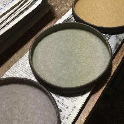 5日 丸平皿の内側に色泥(3色)と白泥のスポンジ塗り。
