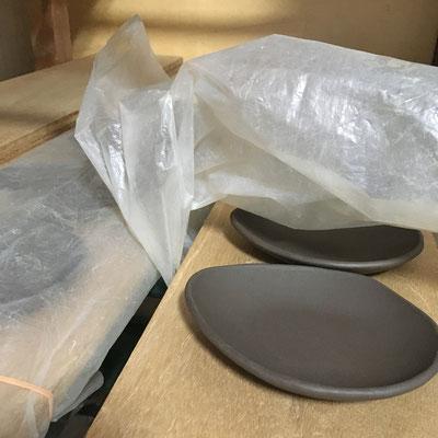19日 とんすい形小皿の成形。明日成形するしずく形豆皿のタタラを用意。