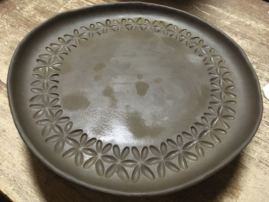 Ф30cm位の大きい皿にアスタ彫り