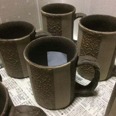 14日 マグカップに色泥と白泥の二重刷毛塗り・スポンジ塗り(黄系)