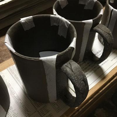 12日 マグカップに色泥刷毛塗り。