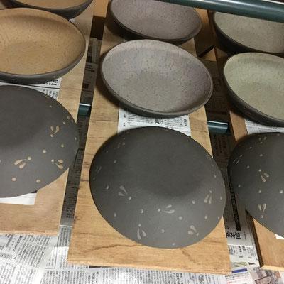 31日 3色の丸鉢(サラダボウル)の外側に黒泥塗り、ビックリ描き。