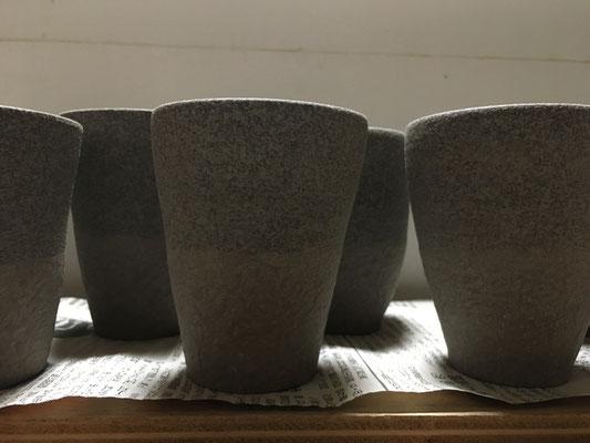 カップの下の方は白泥のスポンジ塗りで和紙柄に。昨日塗った泥の凸をならし、地模様の白泥を吹付けて素地の完成。