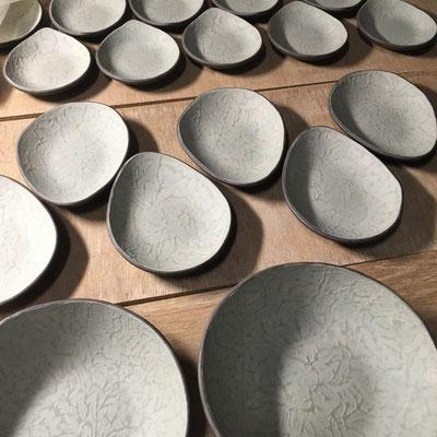 28日 小皿、豆皿、丸深皿の内側に白泥と混合緑泥のスポンジ塗り&凸凹ならし。