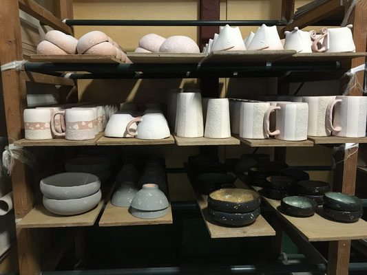 これでは1窯に足りない。素焼き済みの大皿等あるが、今窯の中で釉が薄過ぎてもう一度…というのがあるかもしれないから窯出しするまで判らない。