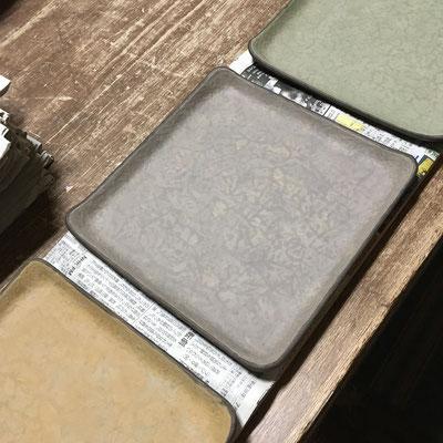 4日 四方皿の内側に色泥(3色)と白泥のスポンジ塗り。