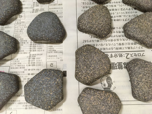 変六角形の箸置きの裏側に地模様の色泥を吹付け。