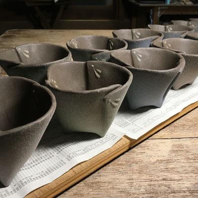 4色の泥でビックリを描き、同色で器の外側のみ泥の吹き付け。
