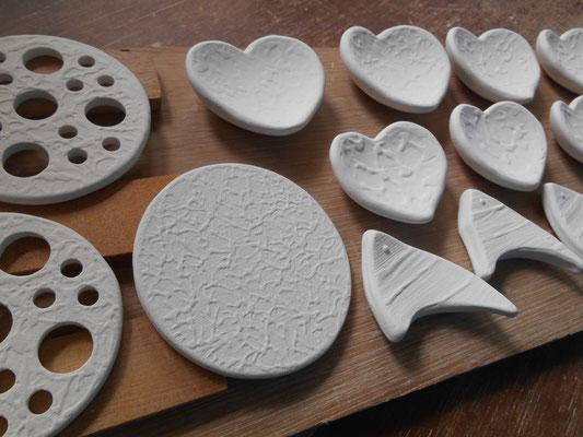 プレート形花留め、ハート豆皿(箸置き)、エンゼルフィッシユの箸置きの表面
