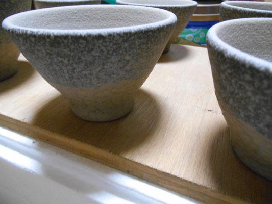 腰に白泥のスポンジ塗り、内側は吹付け、湯飲みサイズ。
