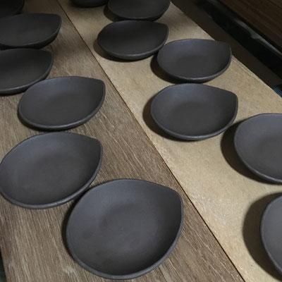 20日 しずく形豆皿の成形。明日成形する丸深皿のタタラを用意。
