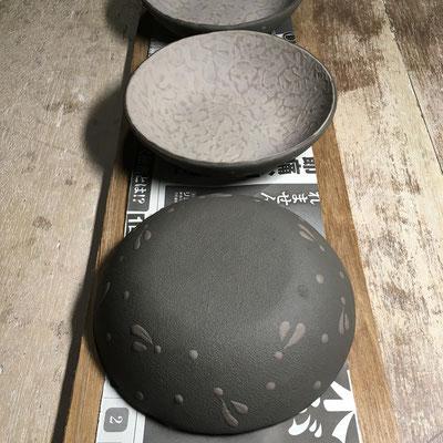 26日 丸深皿(紫)の外側に黒泥塗り、ビックリ描き。明日のタタラを用意。