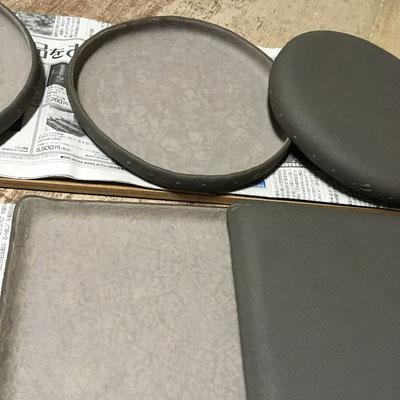 7日 紫の四方皿・丸平皿の外側に黒泥塗り、ビックリ描き。
