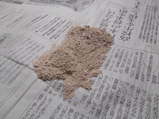 擦り落とした化粧泥の粉末